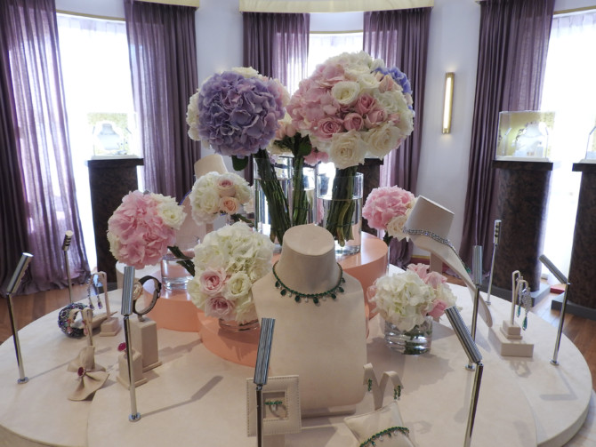 in the round room where these bunches of bouquets are dressed with the showcase of jewelry.